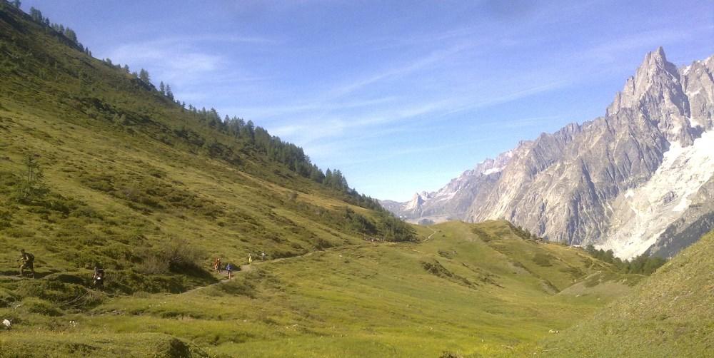 R.Bertone-R.Bonatti arası, bu sefer geldiğim yöne bakış. Mont Blanc kütlesinin doğusundaki bu manzaraya dalmanın bedeli olarak sağ ayağım su toplayacak...