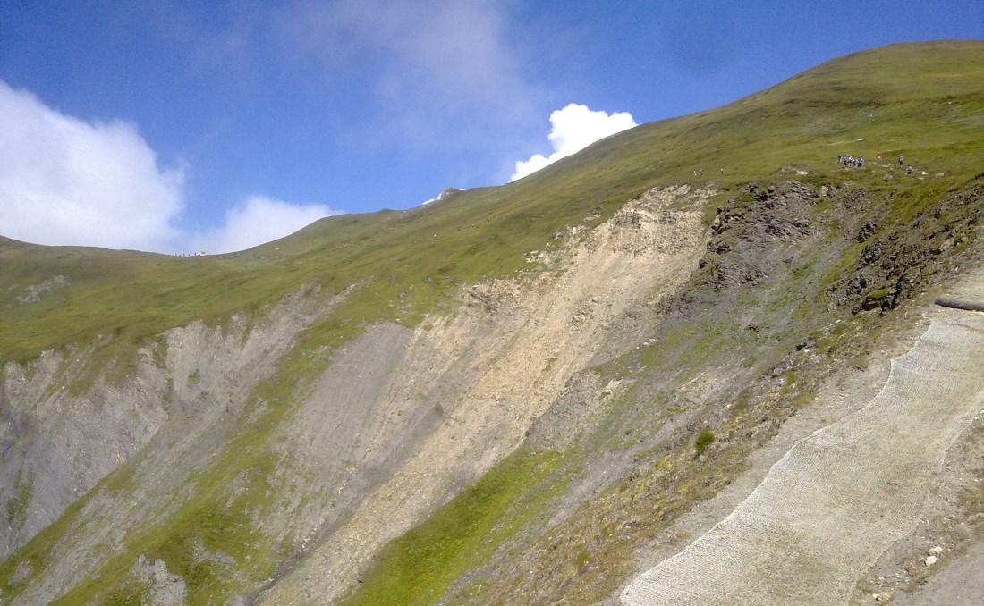 Grand Col Ferret (99K)geçidi için tırmanış bitmek üzere. Patika koruma ağlarının sağından devam edip solda ilerde çadırın yanına varmama 7-8dakika kaldı.