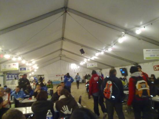Finish sonrası ziyafet çadırı. Haliyle yorgunum ve az ışıkta titretiyorum.