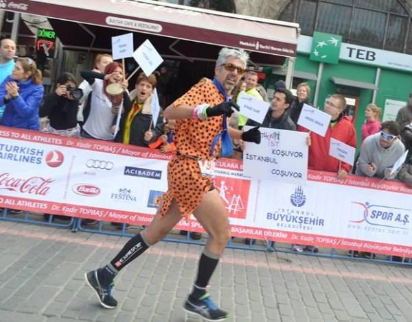 Sultanahmet yokuşunun ortalarında bütün koşuculara çılgın tezahürat desteği veren MarathonIST tribunüne teşekkürler F: Deniz Kılıç