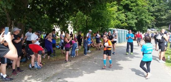 100 mil koşucusu alkışlarla kontrol noktasına geliyor