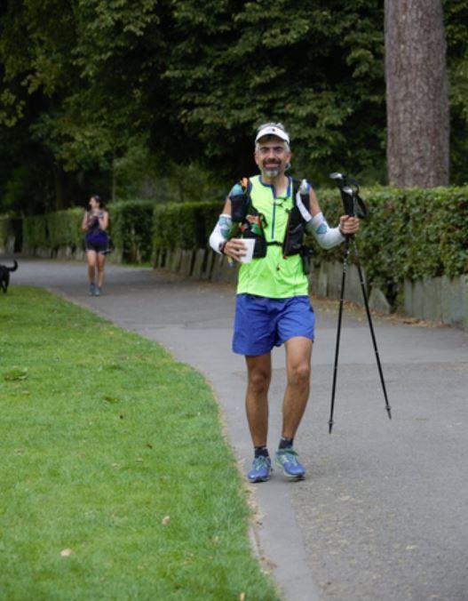Lakeland 50 mil yarışında kontrol noktası çıkışında bir elimde çay, diğer elimde Microlar. F: Micheal Hosking