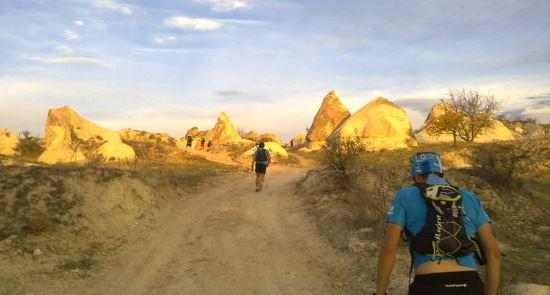 Ortahisar'a yaklaşırken önümüzde aydınlanan kayalar.
