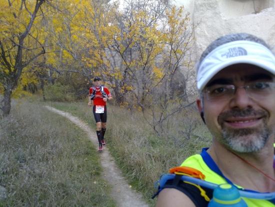 Zelve Vadisi'ni yokuş aşağı koştuk. Yaprakların renklerine bakarak koşmak harikaydı. Bahadır İşseven'le beraber ilerlediğimiz etap.