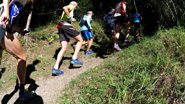 Chamonix'de 1km koşarak patikaya girebiliyorsunuz. Ve hemen tırmanışlar başlıyor. Patika genelde düzgün, ama taşlıktı.
